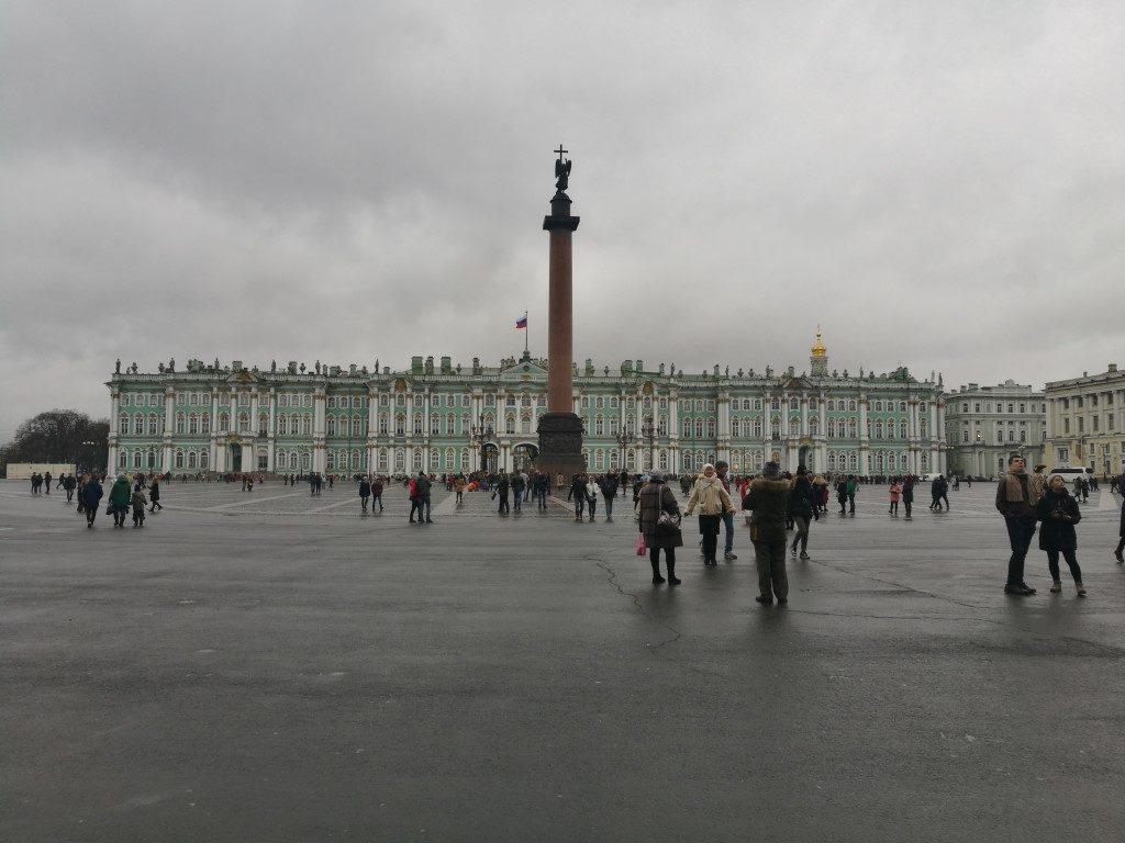 La place devant le musée de l'Hermitage à Saint-Petersbourg