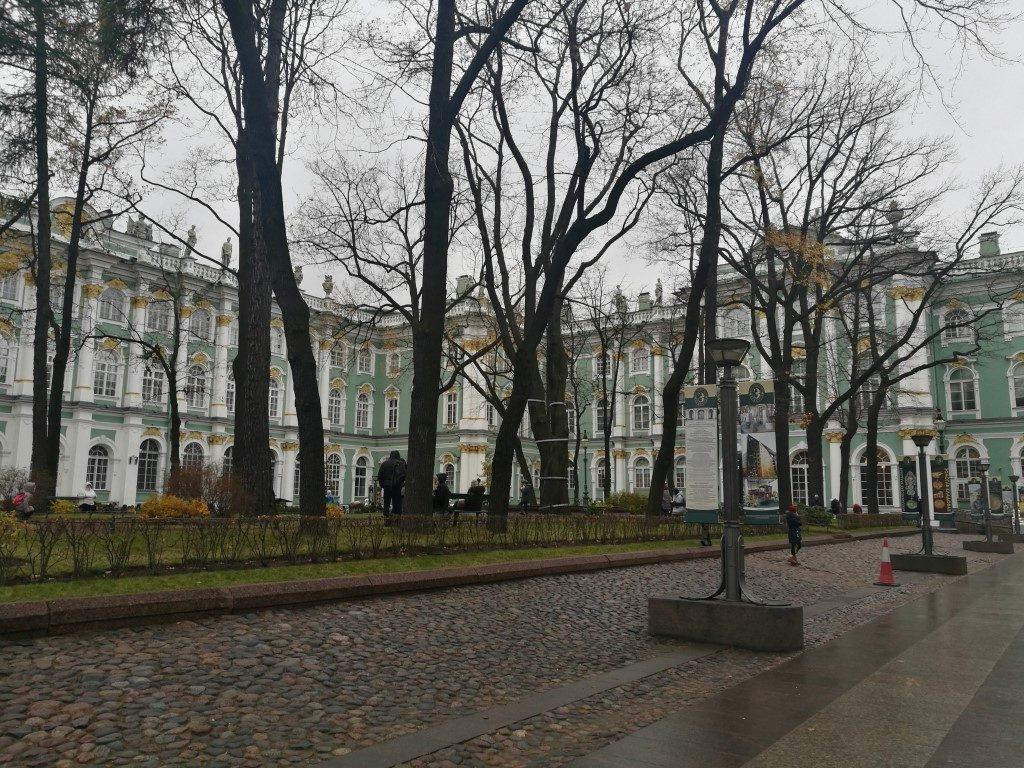 Dans la cour du musée de l'Hermitage à Saint-Petersbourg