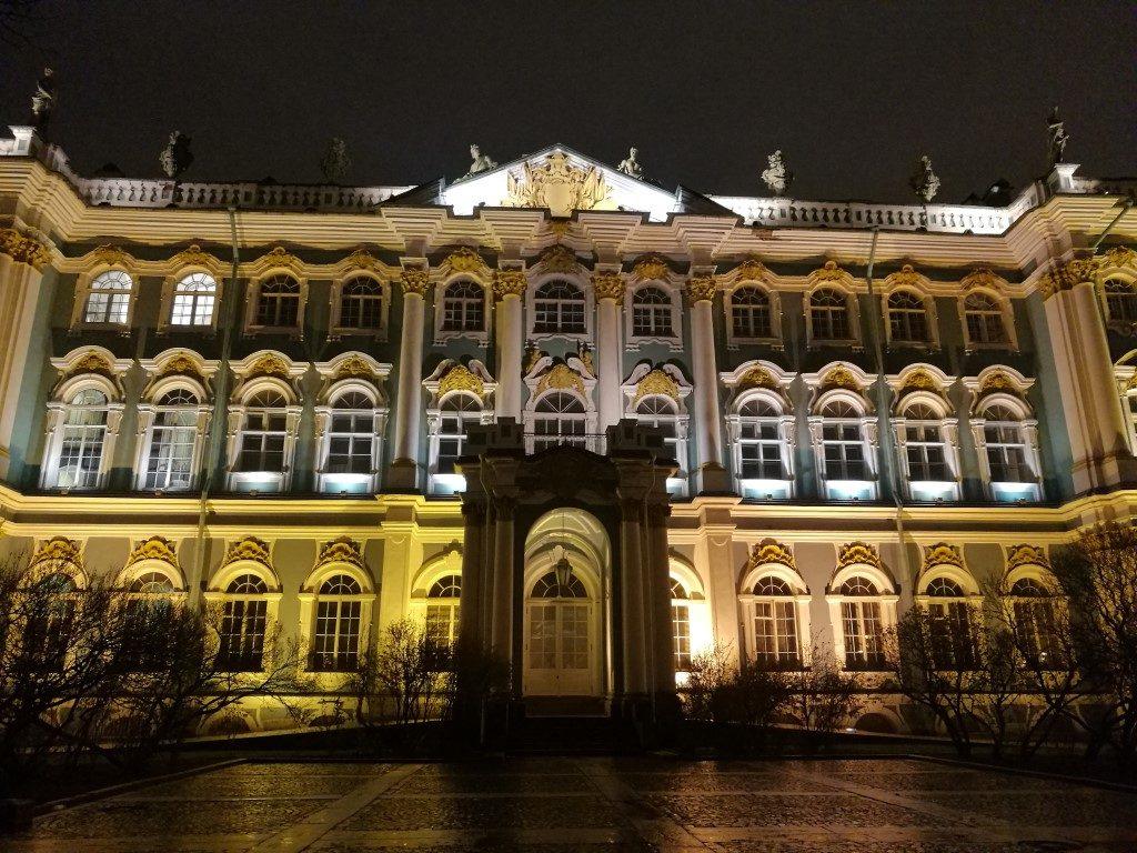 Une des façade de l'Hermitage éclairée pendant la nuit