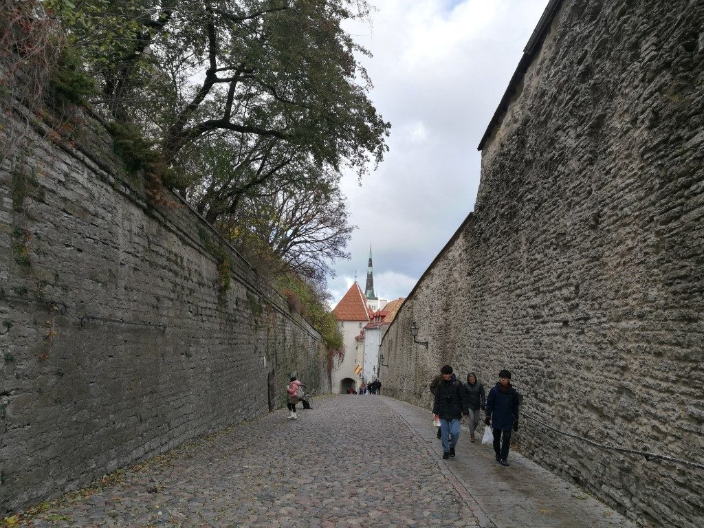La longue route entre la haute ville et la basse ville de Tallinn