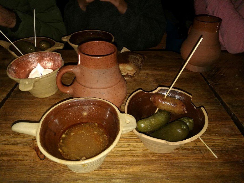 Le repas dans un restaurant médiéval sous l'hôtel de ville