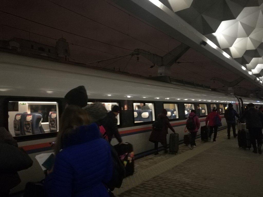 Le train express en gare de Saint-Petersbourg