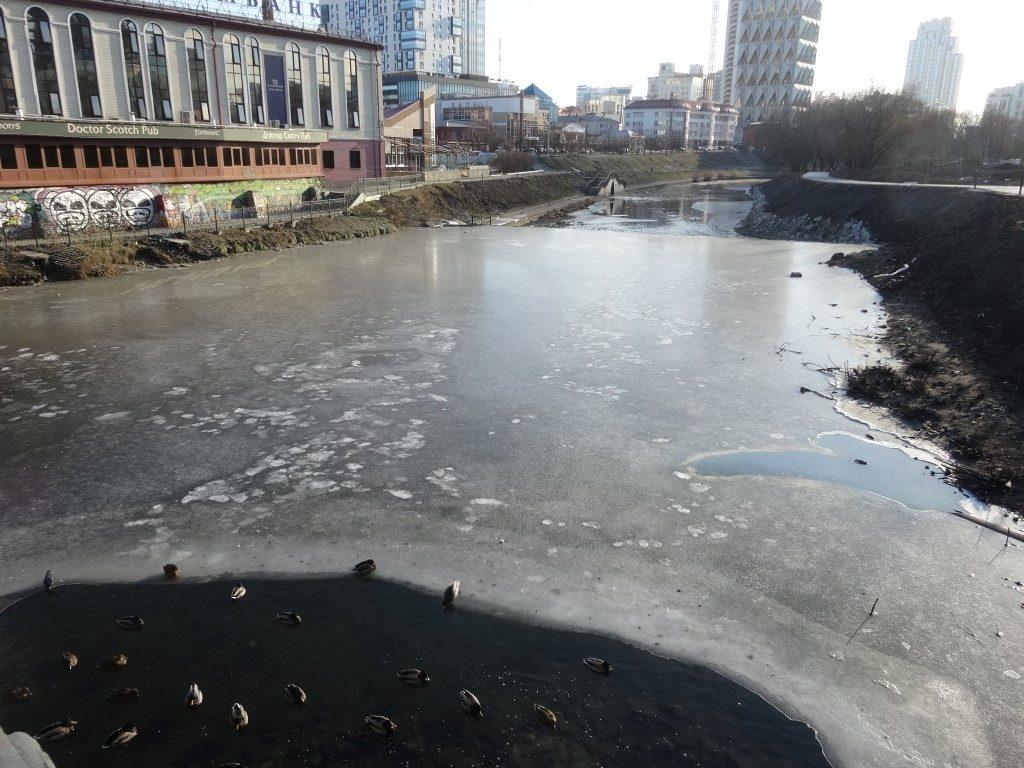 Le cours d'eau gelé à Ekaterinbourg