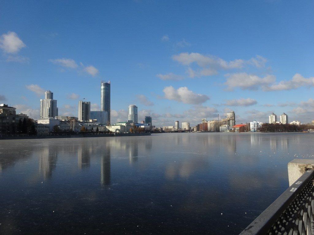 Le plan d'eau gelé du parc municipal au coucher du soleil à Ekaterinburg