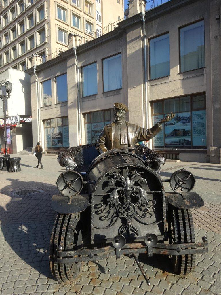 La statue d'une ancienne voiture dans la rue piétonne d'Ekaterinburg