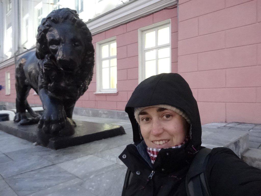 Les lions devant l'entrée d'un des plus imposants bâtiments de la ville