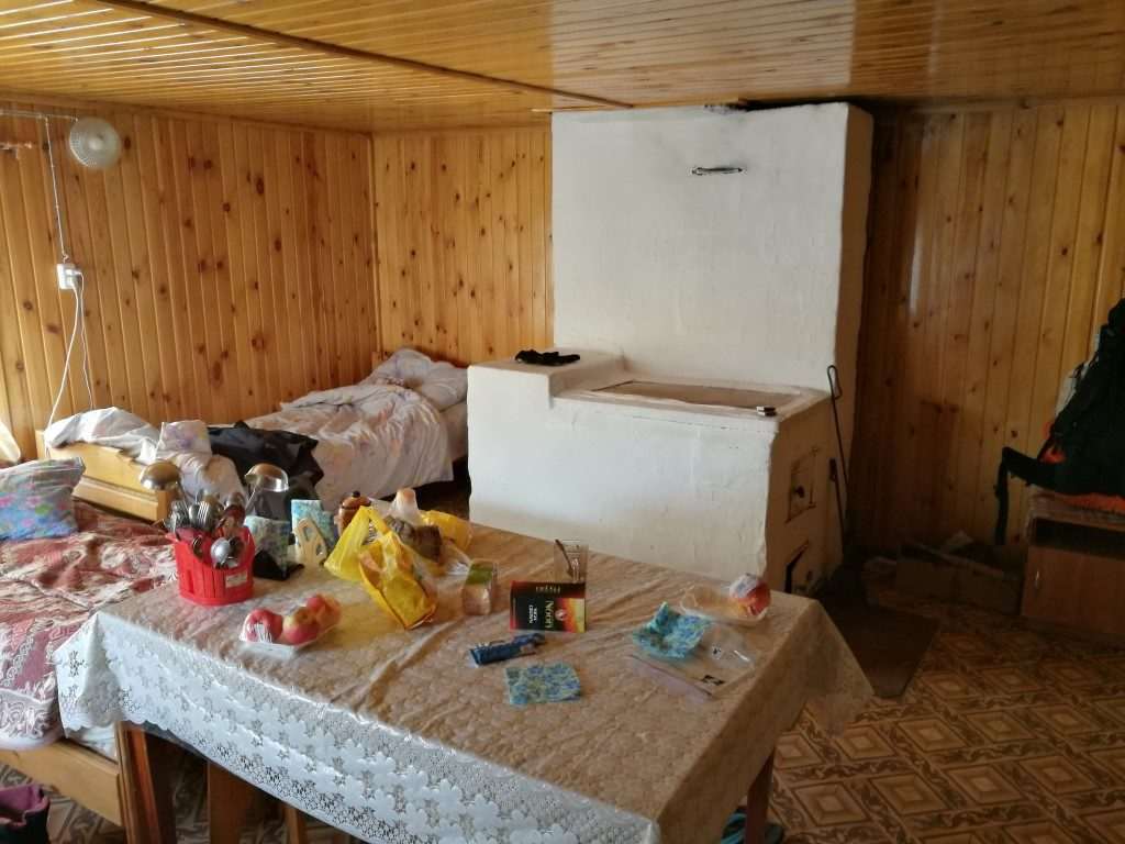 La chambre et poêle sur l'île d'Olkhon