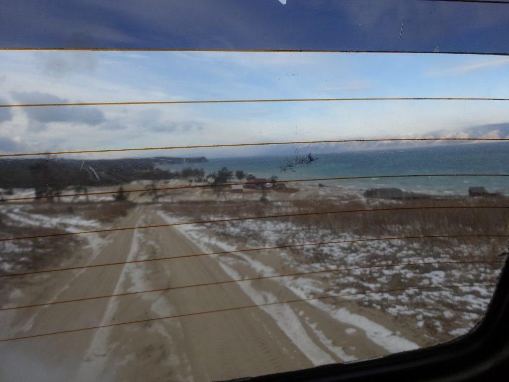 Le Lac Baïkal vu depuis l'arrière de la voiture