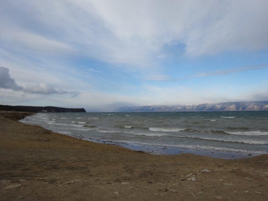 La plage sur le Lac Baikal
