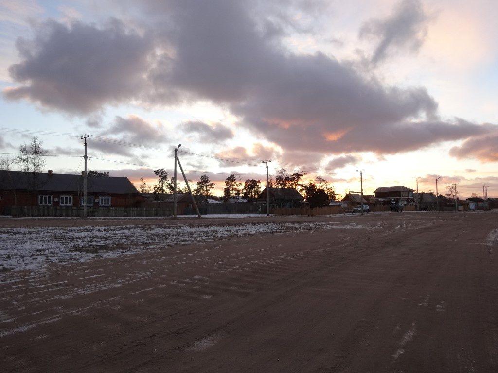 La rue principale de Khoujir au coucher du soleil