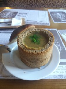 La soupe aux champignons dans le bol en pain complet
