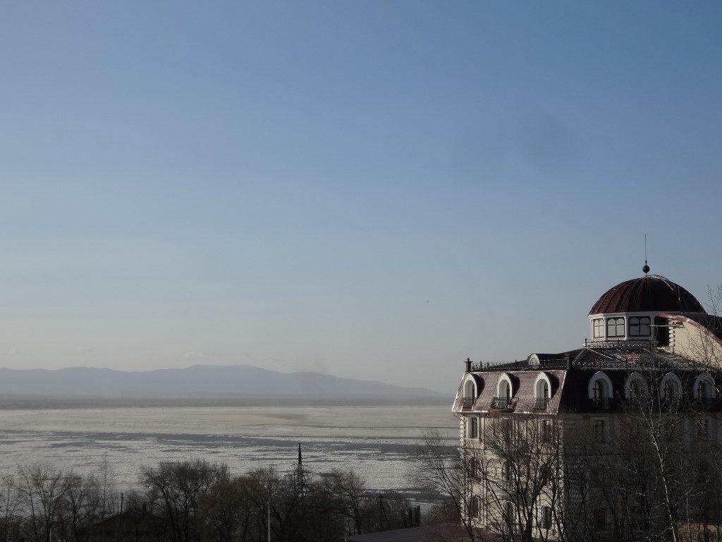 La vue sur le fleuve amour depuis les hauteurs de Khabarovsk