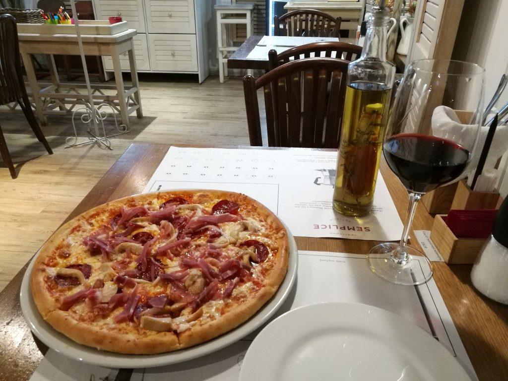 La pizza et le verre de vin rouge, pause déjeuner.