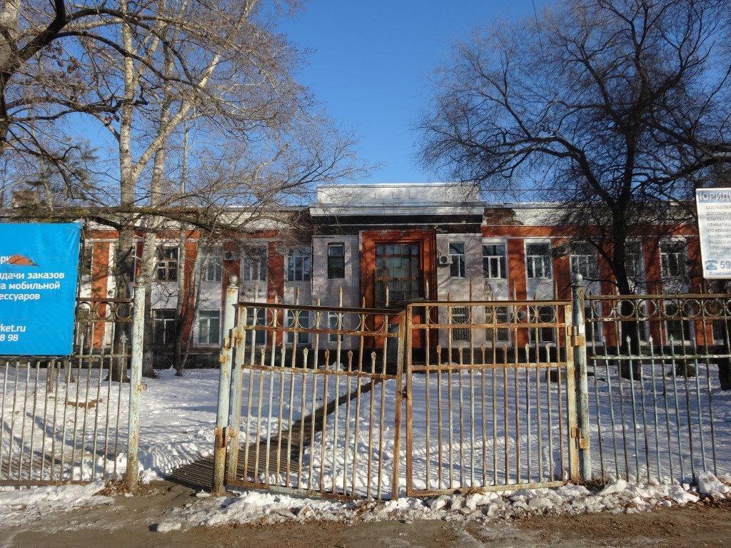 L'accès aux anciens bâtiments administratifs : La porte toujours ouverte, mais l'accès pour les voitures est fermé