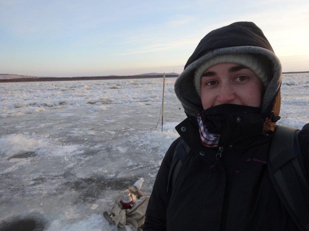 Sur le bord du fleuve, près d'un pêcheur dans la glace