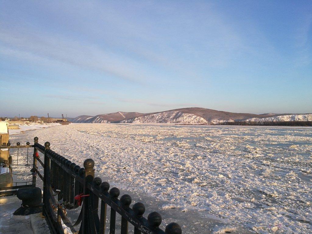 Le fleuve Amour qui commence à être pris dans la glace