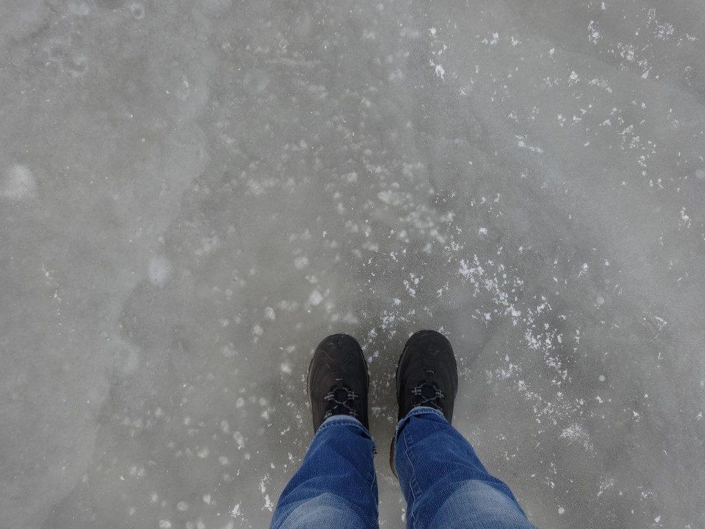 Debout sur la rivière gelée