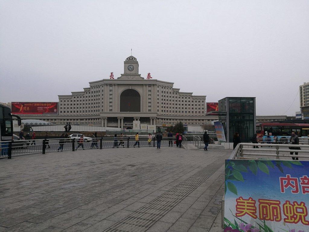La gare de Changhun et son esplanade