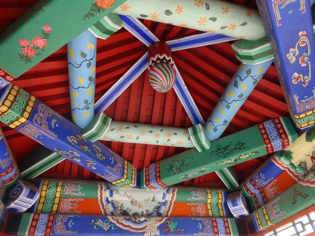 Le plafond décoré d'un des kiosques du parc