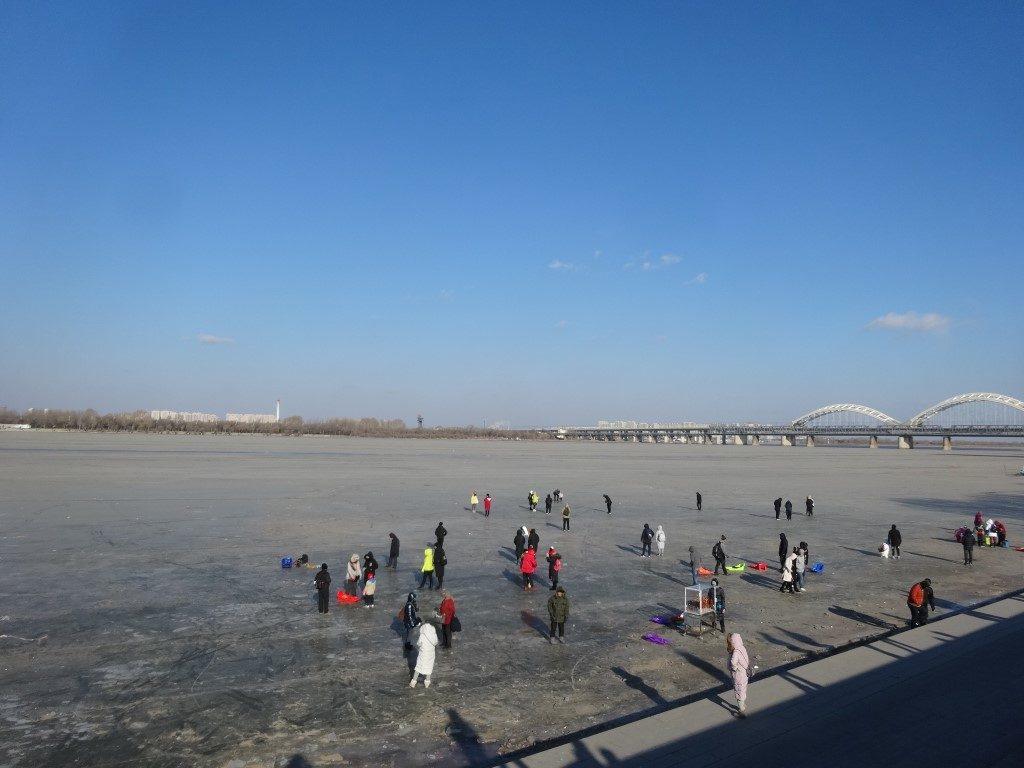 La rivière gelée au Nord de la ville