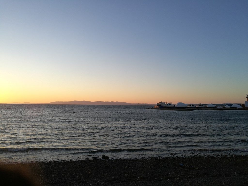 Le coucher du soleil sur la mer du Japon depuis la plage de Vladivostok
