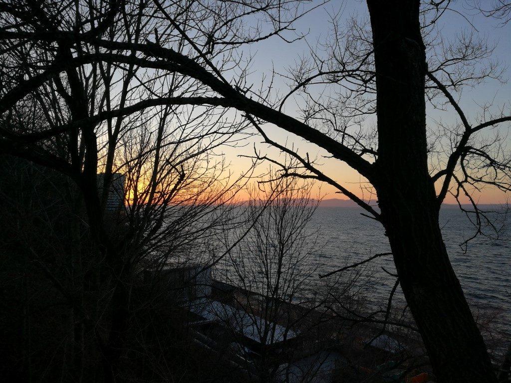 Le coucher de soleil sur la mer du Japon depuis Vladivostok