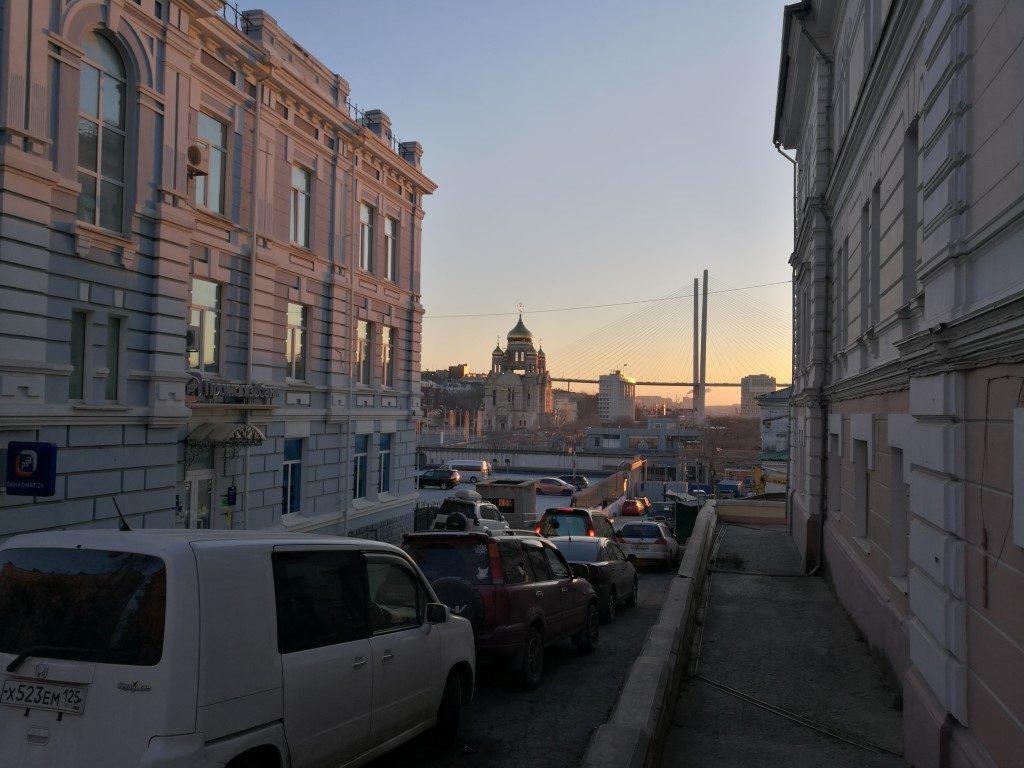 Le lever du soleil sur le pont de Vladivostok