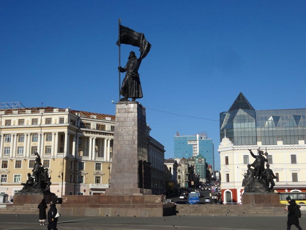 La statue sur la place de l'embarcadère