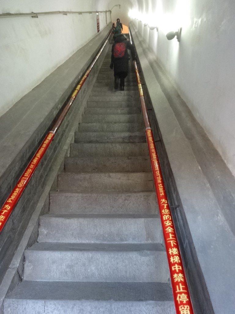 Les escaliers particulièrement raides de la tour de la cloche