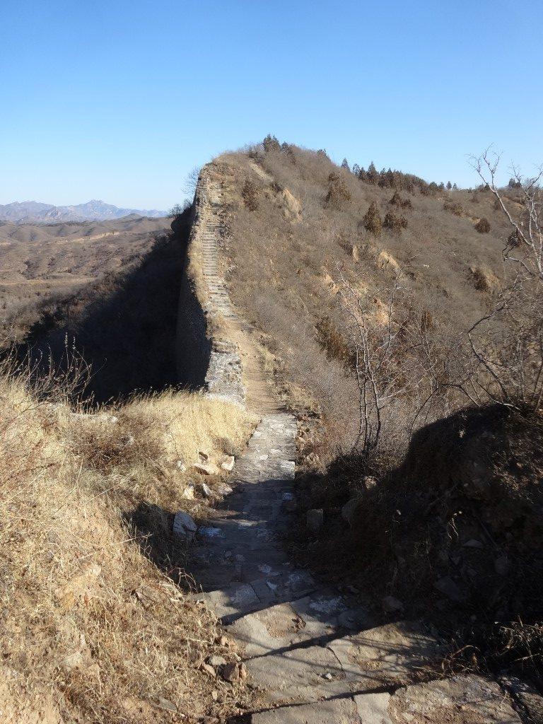 Le chemin sur la crête de la montagne, sur les ruines de la montagne