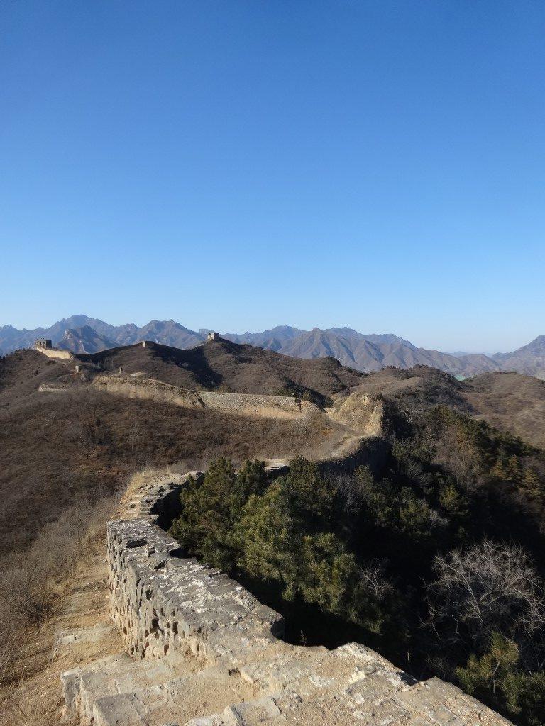 Le chemin qui s'étend à perte de vue le long des ruines de la Grande Muraille