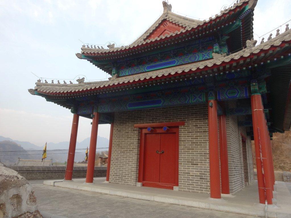 En haut de la porte d'entrée au chemin pour la balade sur la Grande Muraille