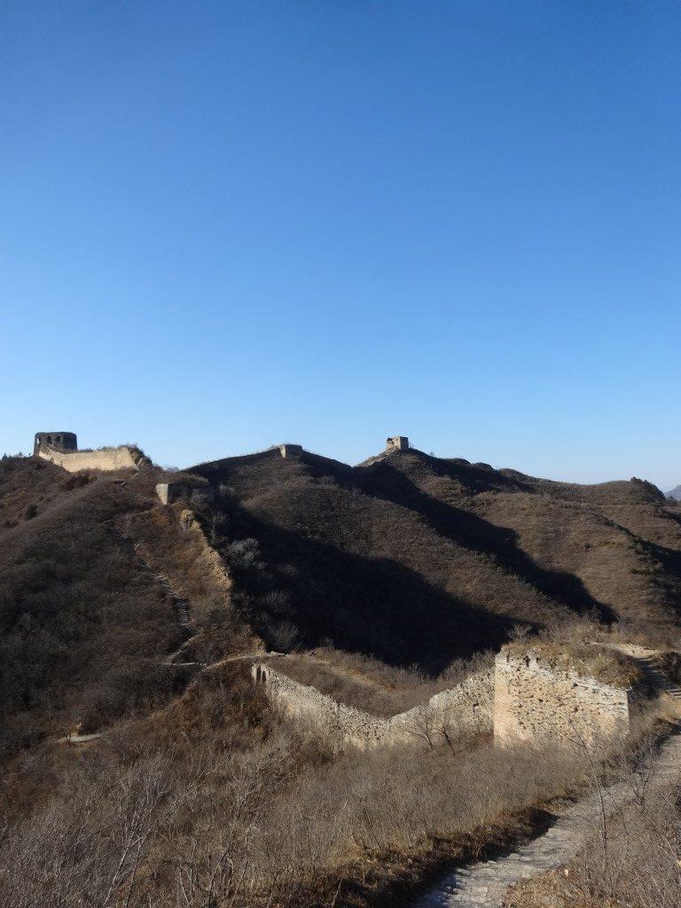 Les ruines de la Grande Muraille sur la crête des montagnes