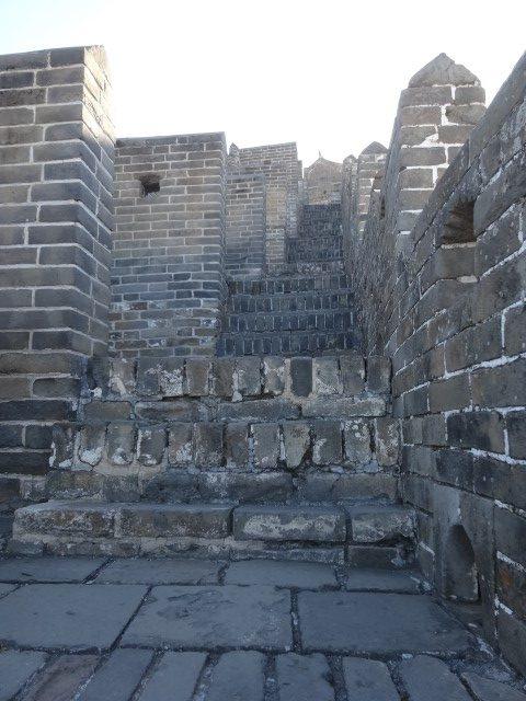Les escaliers (très) irréguliers sur la muraille restaurée à Jinshanling