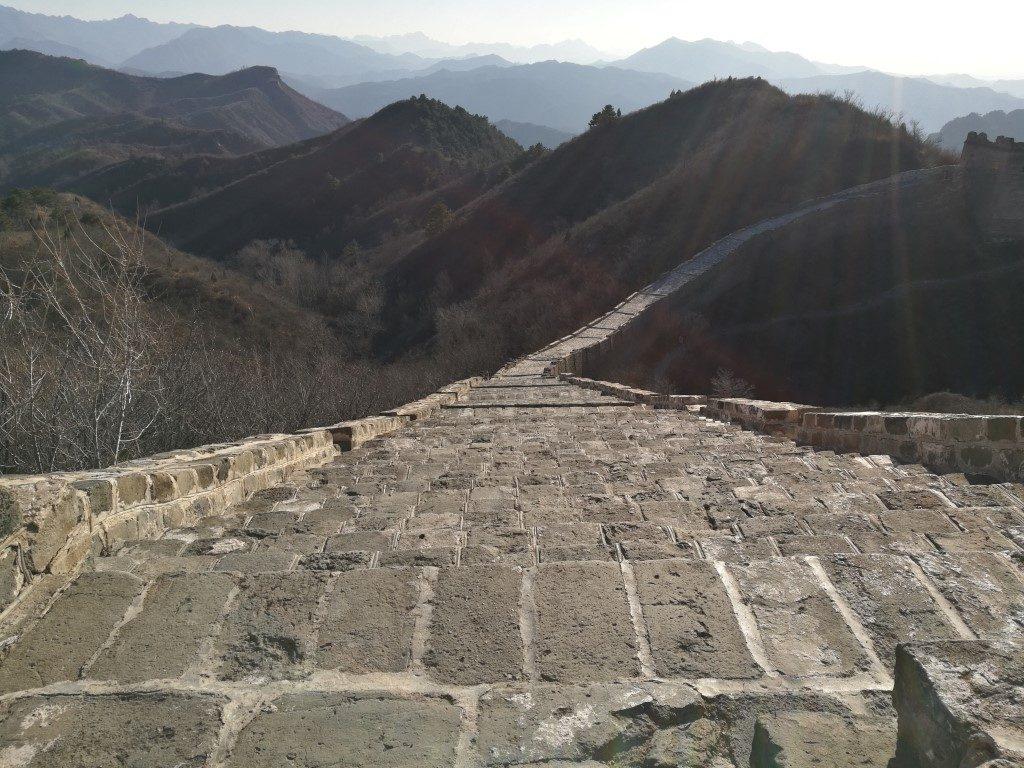 Le chemin monte et descend en suivant les montagnes