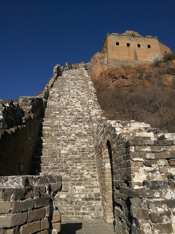 Les escaliers très raides qui mènent à une tour