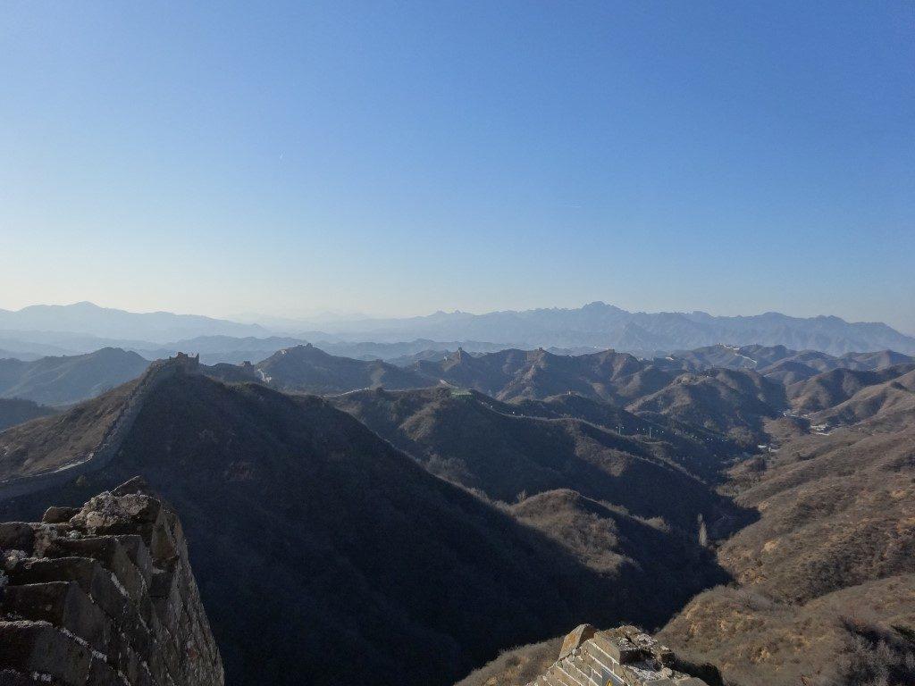 La muraille qui s'étend à perte de vue le long des montagnes