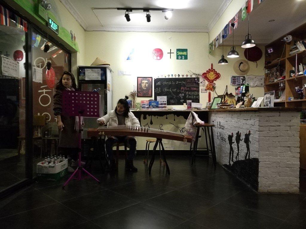 La jeune fille de l'auberge prend un cours de musique traditionnelle