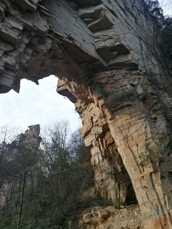 Une arche naturelle au-dessus du chemin en descendant vers la sortie du parc