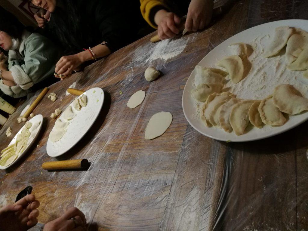 En plein cours de cuisine, au programme les raviolis chinois