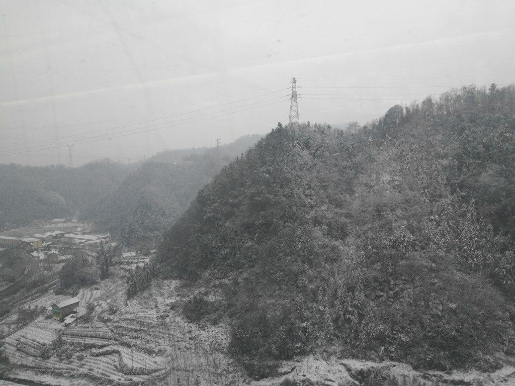 Les vallées couvertes de neige entre deux tunnels le long de la voix ferrée