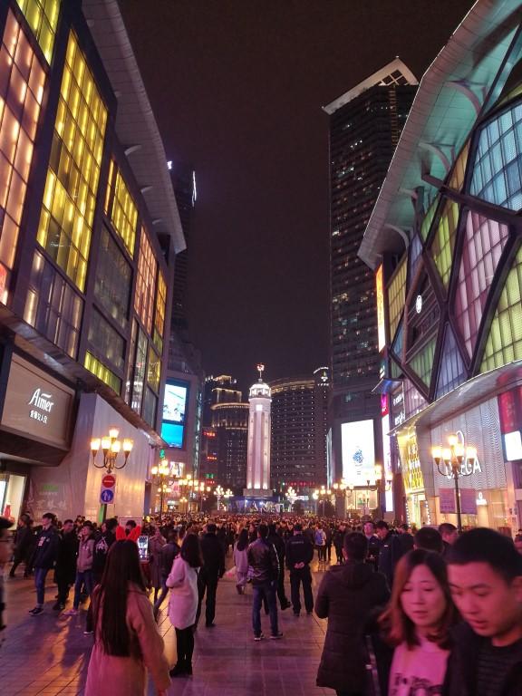 Soirée dans le centre de Chongquing au milieu des grattes ciels