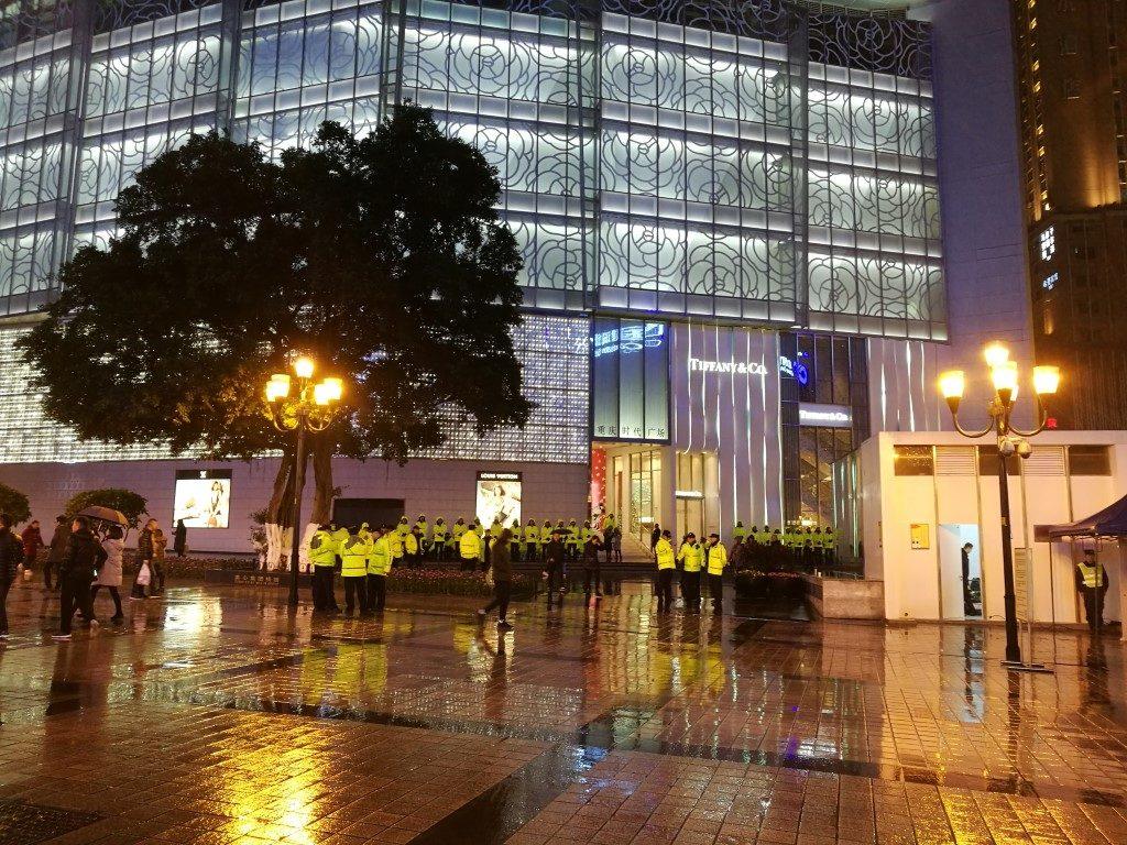Les gilets jaune chinois parcourent les rues pour garantir la sécurité le soir de Noël
