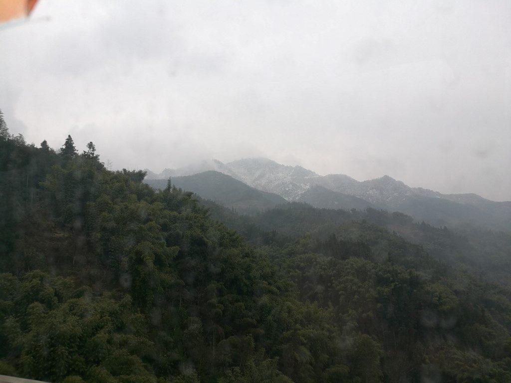 Sur la route vers les montagnes, le paysage évolue au fil des virages