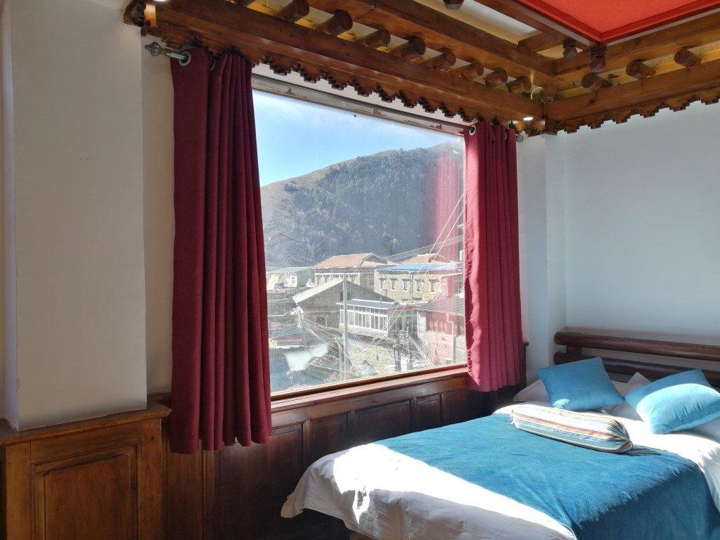 Le lit dans la chambre d'hotel
