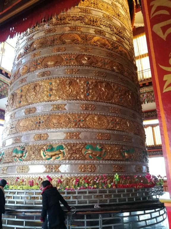 La cloche de prière à l'intérieur d'un temple bouddhiste à Litang