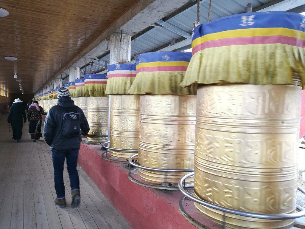 Le chemin de prière dans un temple bouddhiste à Litang