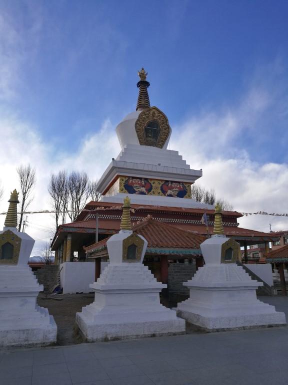 Les stupas dans un temple Bouddhiste de Litang
