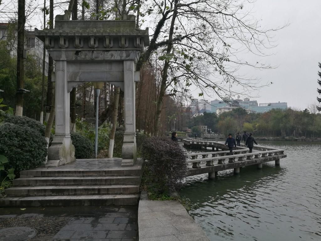Le pont aux lignes brisées sur le lac au centre de Guilin