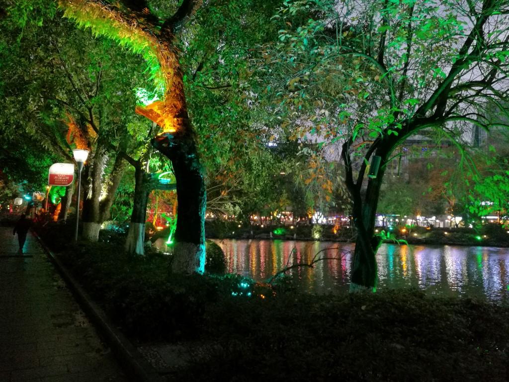 Le chemin éclairé le long du lac de Guilin